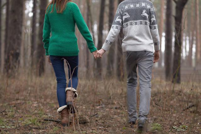 [フリー写真] 手をつないで森を歩くカップルの後ろ姿でアハ体験 -  GAHAG | 著作権フリー写真・イラスト素材集 (8913)