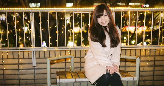 繁華街の電飾前で女性と待ち合わせ|フリー写真素材・無料ダウンロード-ぱくたそ (8921)