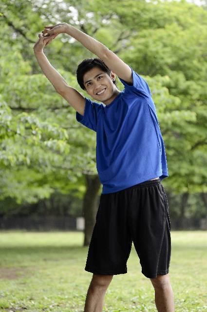 公園で準備体操する男性10|写真素材なら「写真AC」無料(フリー)ダウンロードOK (9166)