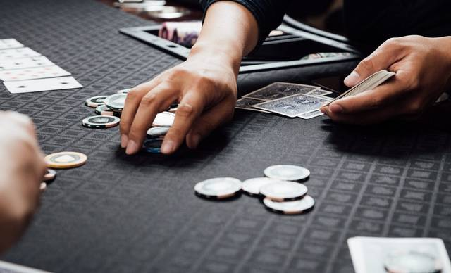 チップを回収するカジノディーラー|フリー写真素材・無料ダウンロード-ぱくたそ (9336)