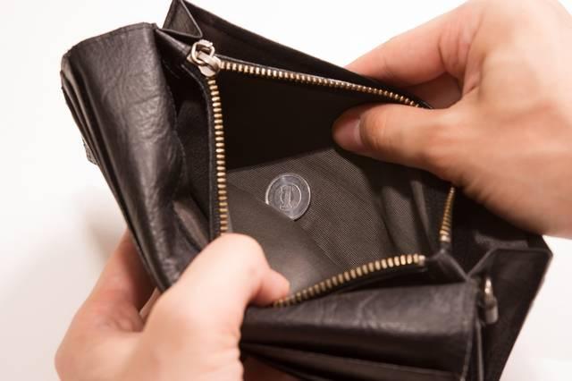 財布を開けたら1円しか入ってなかった、貧乏が悪いんや・・・|フリー写真素材・無料ダウンロード-ぱくたそ (9339)