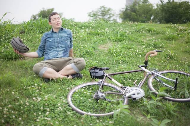 目的地についてくつろぐ自転車男子|フリー写真素材・無料ダウンロード-ぱくたそ (9376)