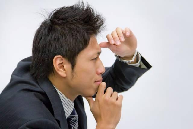 遠くを見定める男性|フリー写真素材・無料ダウンロード-ぱくたそ (9395)