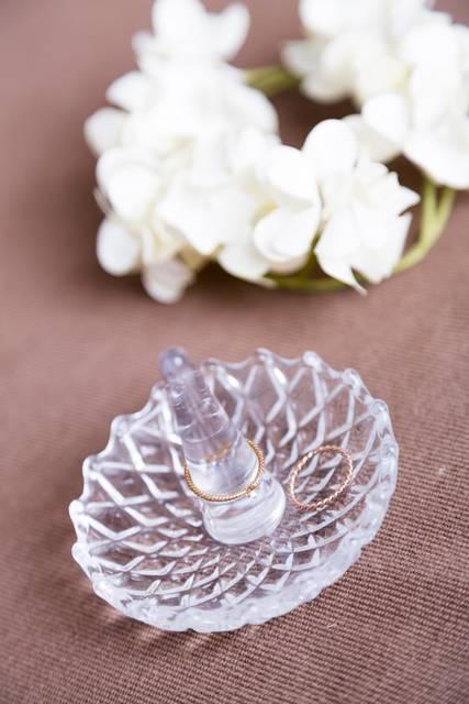 指輪と花|フリー写真素材・無料ダウンロード-ぱくたそ (9420)