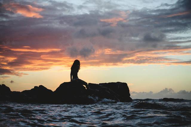 [フリー写真] 夕暮れの海岸の岩に座る女性でアハ体験 -  GAHAG | 著作権フリー写真・イラスト素材集 (9459)