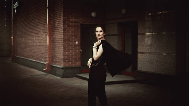 [フリー写真] ジャケットを肩にかける外国人女性でアハ体験 -  GAHAG | 著作権フリー写真・イラスト素材集 (9461)