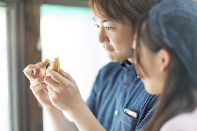 出来たての回転饅頭を食べに来た夫婦|フリー写真素材・無料ダウンロード-ぱくたそ (9464)