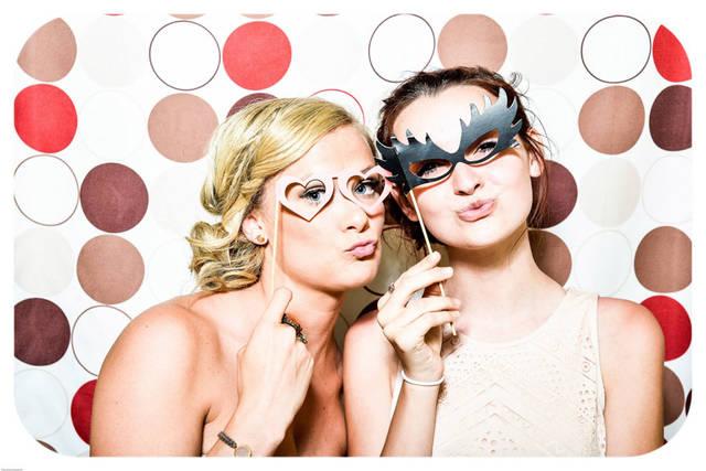 [フリー写真] パーティー用メガネをつけた二人の外国人女性でアハ体験 -  GAHAG | 著作権フリー写真・イラスト素材集 (9479)