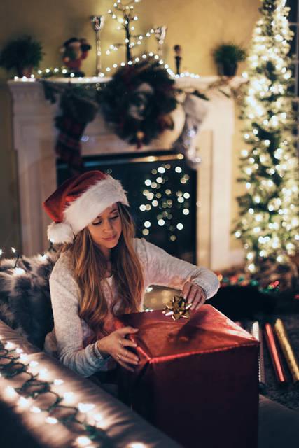 [フリー写真] クリスマスプレゼントにリボンを付ける外国人女性でアハ体験 -  GAHAG | 著作権フリー写真・イラスト素材集 (9480)