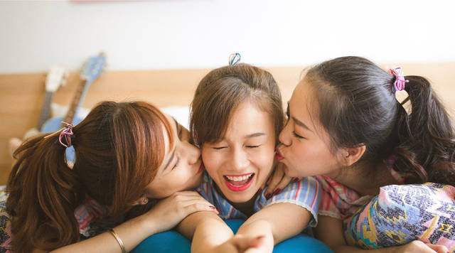 [フリー写真] キスをする三人の女友達でアハ体験 -  GAHAG | 著作権フリー写真・イラスト素材集 (9482)