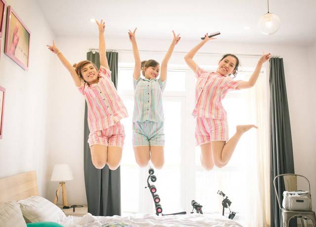 [フリー写真] ベッドの上でジャンプする三人の女友達でアハ体験 -  GAHAG | 著作権フリー写真・イラスト素材集 (9484)