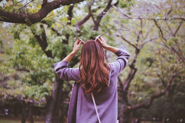 公園で拾った枝で、鹿ガールΨ・ω・Ψのフリー写真画像|GIRLY DROP (9690)