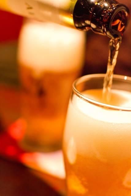 グラスに注がれるビール|フリー写真素材・無料ダウンロード-ぱくたそ (9915)
