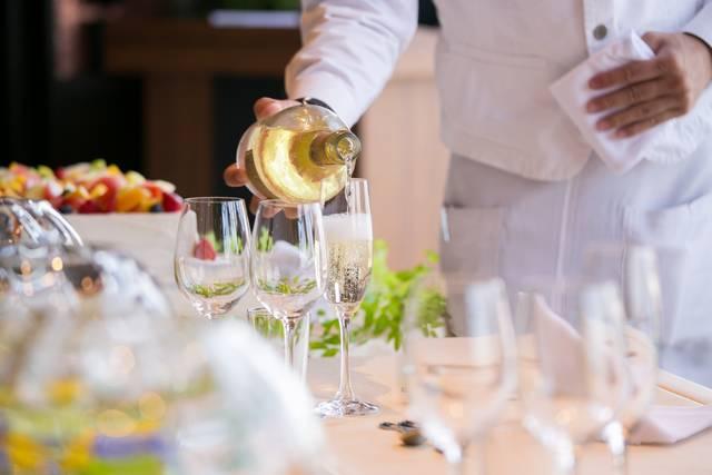 シャンパンを注ぐウエイター|写真素材なら「写真AC」無料(フリー)ダウンロードOK (10007)