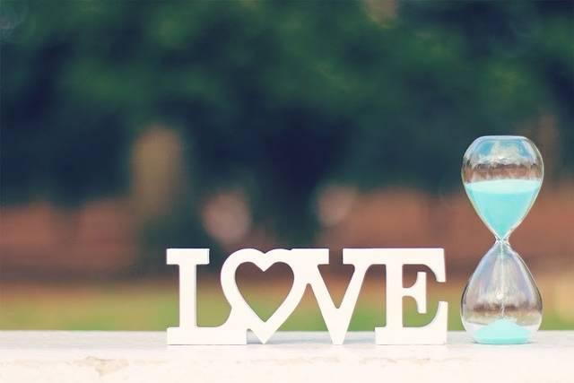 『期間限定の愛』とでも言いたげなLOVEと砂時計のフリー写真画像|GIRLY DROP (10059)