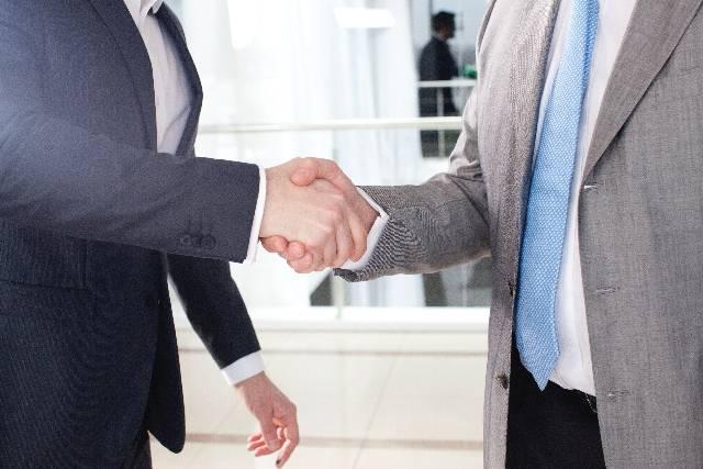 握手をするビジネスマン1|写真素材なら「写真AC」無料(フリー)ダウンロードOK (10130)