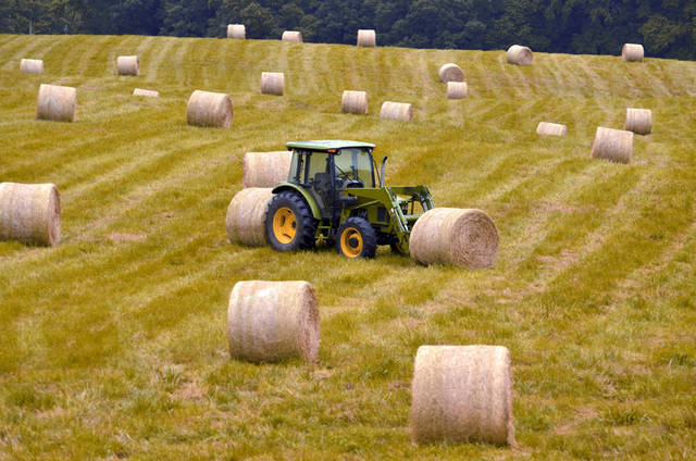[フリー写真] 干し草ロールとトラクターでアハ体験 -  GAHAG | 著作権フリー写真・イラスト素材集 (10166)