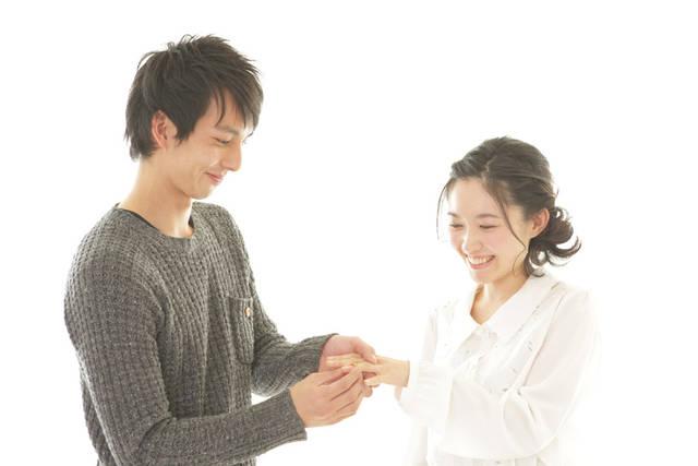 [フリー写真] 彼女の指に婚約指輪をはめる彼氏でアハ体験 -  GAHAG | 著作権フリー写真・イラスト素材集 (10170)