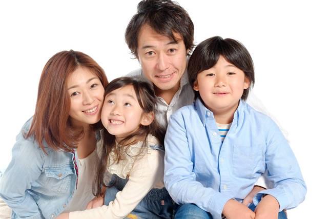 [フリー写真] 四人家族でアハ体験 -  GAHAG | 著作権フリー写真・イラスト素材集 (10172)