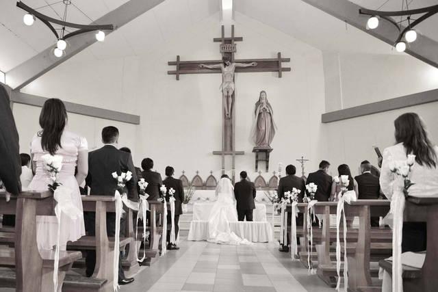 [フリー写真] 教会で結婚式を挙げるカップルでアハ体験 -  GAHAG | 著作権フリー写真・イラスト素材集 (10173)