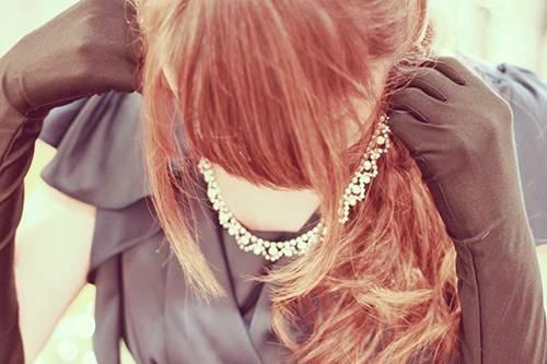 キラキラのネックレスをつけているドレス姿の女の子のフリー写真画像|GIRLY DROP (10411)