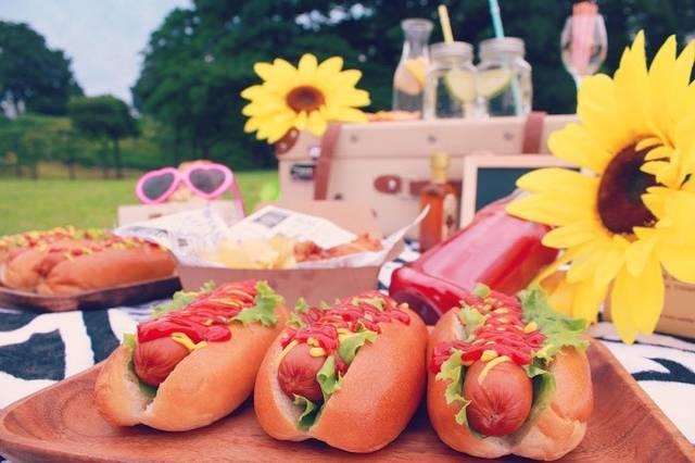 おしゃれピクニックに登場したおいしそうなホットドッグたちのフリー写真画像|GIRLY DROP (10443)