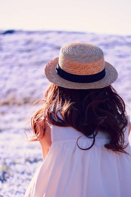ネモフィラの丘を見つめる女の子のフリー写真画像|GIRLY DROP (10521)