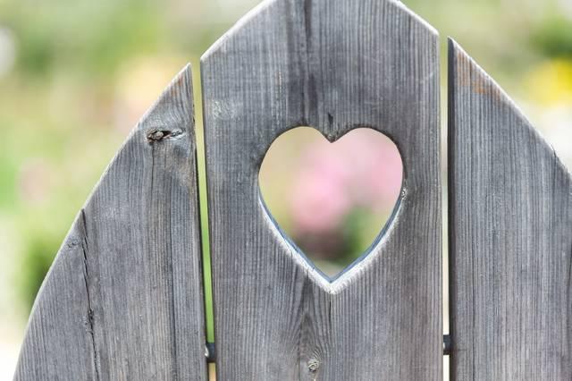 ハート型に抜かれた木の板|フリー写真素材・無料ダウンロード-ぱくたそ (10688)