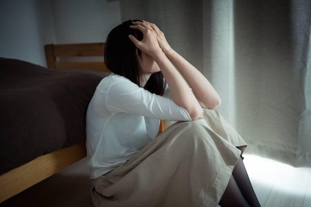 元カレを思い出して涙が止まらない独女|フリー写真素材・無料ダウンロード-ぱくたそ (10746)