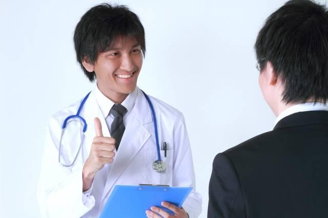 サラリーマンに笑顔で診断結果を話す医者|フリー写真素材・無料ダウンロード-ぱくたそ (10784)