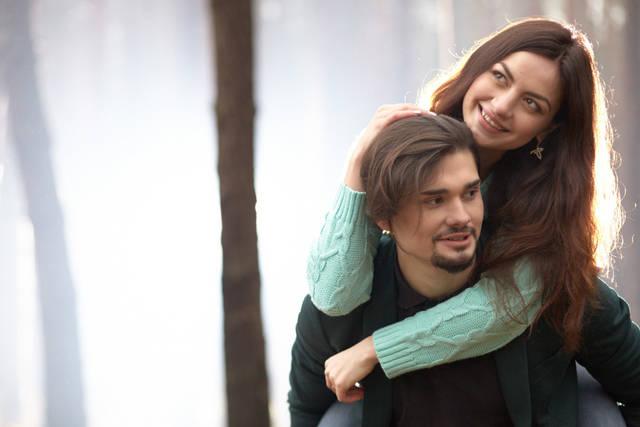 [フリー写真] おんぶしている外国のカップルでアハ体験 -  GAHAG | 著作権フリー写真・イラスト素材集 (10818)