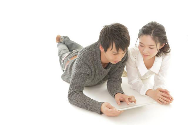 [フリー写真] 腹這いになってタブレットPCを見ているカップルでアハ体験 -  GAHAG | 著作権フリー写真・イラスト素材集 (10890)