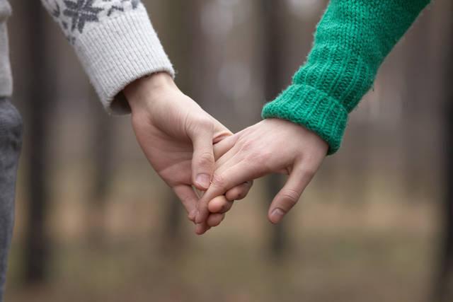 [フリー写真] 手をつなぐカップルの手でアハ体験 -  GAHAG | 著作権フリー写真・イラスト素材集 (10891)