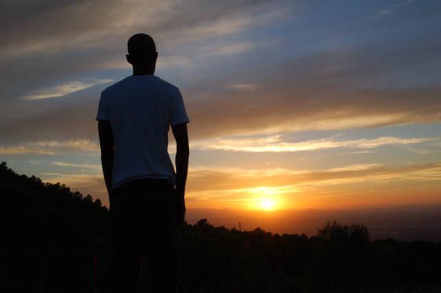 [フリー写真] 沈みゆく太陽を見つめる男性の後ろ姿でアハ体験 -  GAHAG | 著作権フリー写真・イラスト素材集 (10944)