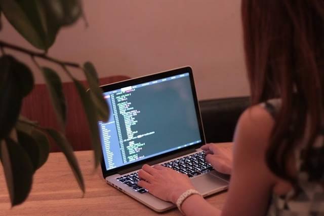おしゃれなカフェでMBPを使い仕事をする女の子のフリー写真画像|GIRLY DROP (10989)