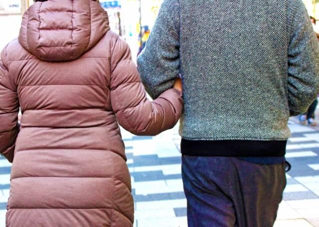 腕を組む夫婦2|写真素材なら「写真AC」無料(フリー)ダウンロードOK (10992)