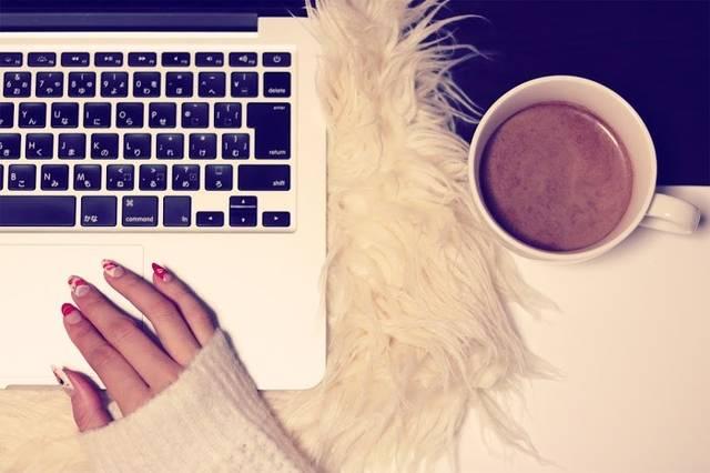 ファーのPCケースとMacBookとココアで冬のガーリーなワークデスクのフリー写真画像|GIRLY DROP (10997)