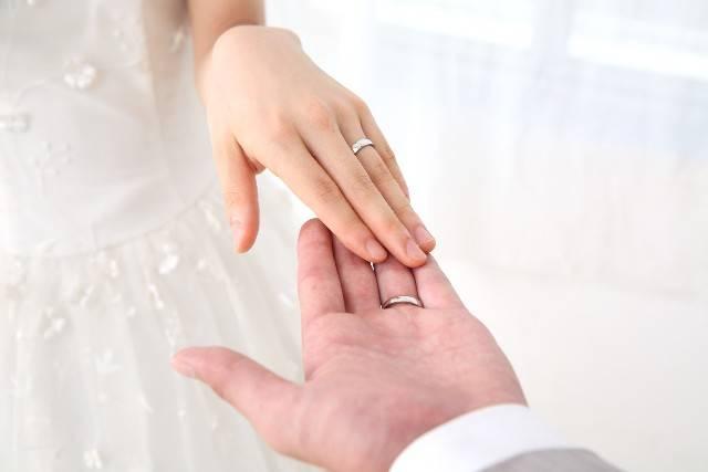 花嫁と花婿の手2|写真素材なら「写真AC」無料(フリー)ダウンロードOK (11322)