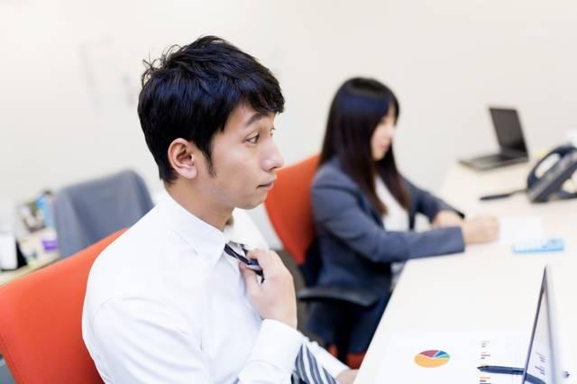大事な会議前にデスクでネクタイを締めるビジネスパーソン|フリー写真素材・無料ダウンロード-ぱくたそ (11450)