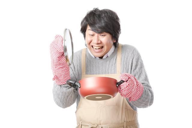 手料理に笑顔がこぼれるエプロン男子|フリー写真素材・無料ダウンロード-ぱくたそ (11538)