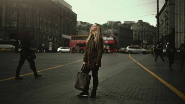 [フリー写真] 街中で空を見上げる外国人女性でアハ体験 -  GAHAG | 著作権フリー写真・イラスト素材集 (11539)