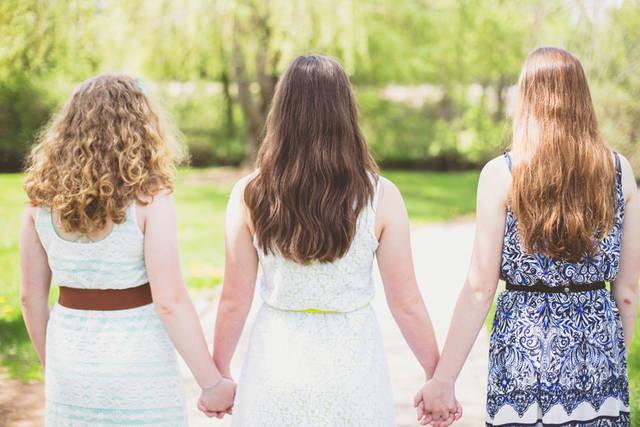 [フリー写真] 手をつなぐ三人の女性の後ろ姿でアハ体験 -  GAHAG | 著作権フリー写真・イラスト素材集 (11546)