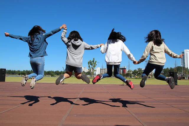 [フリー写真] 手をつないでジャンプする4人の女の子でアハ体験 -  GAHAG | 著作権フリー写真・イラスト素材集 (11547)