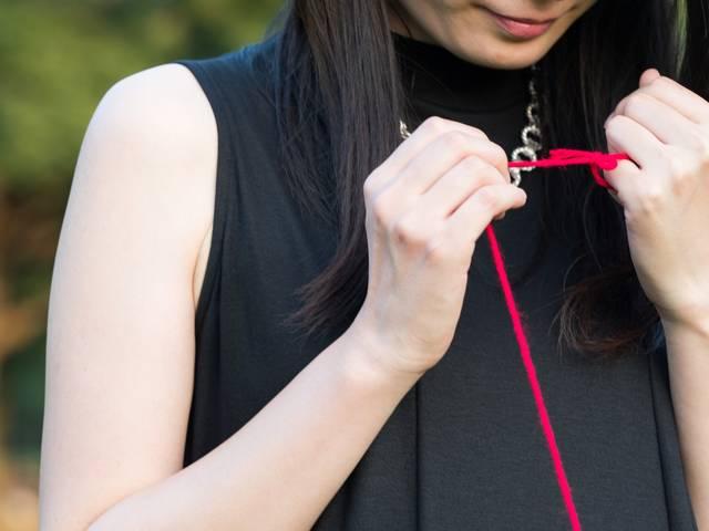 赤い糸で結ばれた女性|フリー写真素材・無料ダウンロード-ぱくたそ (11636)
