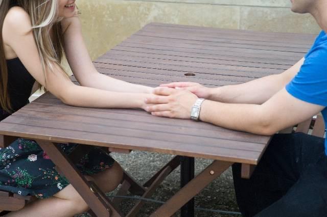 手を重ねるカップルの手元2|写真素材なら「写真AC」無料(フリー)ダウンロードOK (12053)