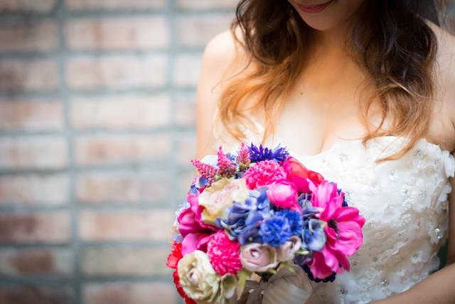 花束を抱え幸せ一杯のウェディングドレス女子 | 「frestocks(フリストックス)」フリー素材やモデル写真 (12242)