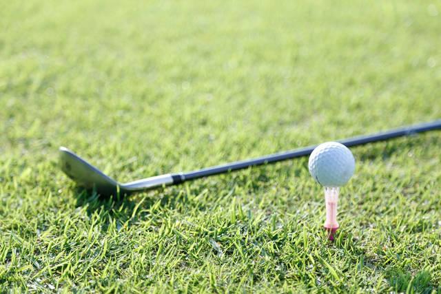 [フリー写真] ゴルフクラブとティーアップしたゴルフボールでアハ体験 -  GAHAG | 著作権フリー写真・イラスト素材集 (12276)