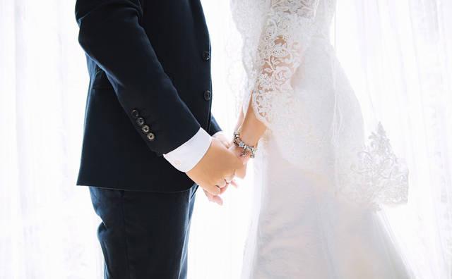 [フリー写真] 結婚式で手をつなぐ新郎新婦でアハ体験 -  GAHAG | 著作権フリー写真・イラスト素材集 (12284)