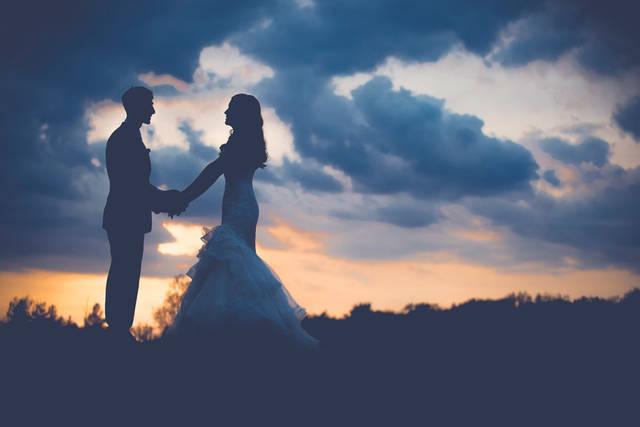[フリー写真] 夕焼けと手をつなぐ新郎新婦でアハ体験 -  GAHAG | 著作権フリー写真・イラスト素材集 (12285)
