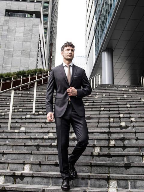 [フリー写真] 階段を下りる外国のビジネスマンでアハ体験 -  GAHAG | 著作権フリー写真・イラスト素材集 (12346)